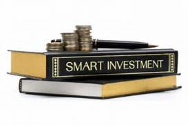Books, coins and a pen. Text: Smart Investing.